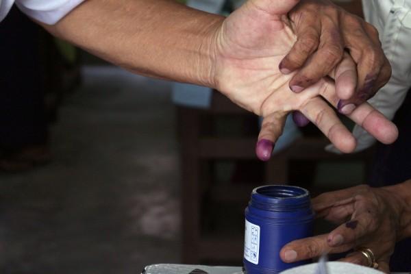Äänestäjien pikkurilli dipattiin purppuranväriseen maaliin äänestämisen jälkeen.