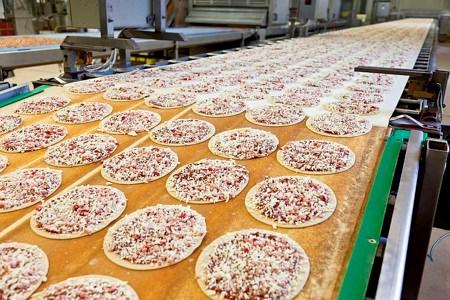 Saarioisten pizzoja Valkeakosken tehtaalla.