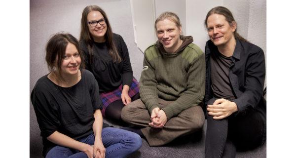 Poesia ei tingi taiteellisesta kunnianhimosta. Sen tietävät runoilijat Henriikka Tavi, Sirpa Kyyrönen, Olli-Pekka Tennilä ja Mikael Brygger.