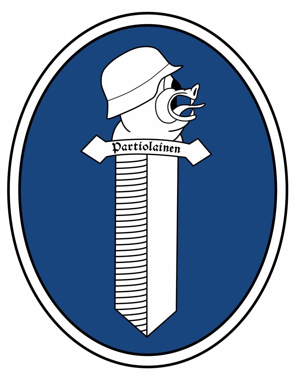 """Miehistön hihamerkissä lukee """"Partiolainen"""". Päällystön tunnistaa hihamerkin tekstistä """"Obersturmbannführer"""". Kirjoituksen yläpuolella hihamerkki yhdistettynä ohjesäännön mukaiseen hihanauhaan."""