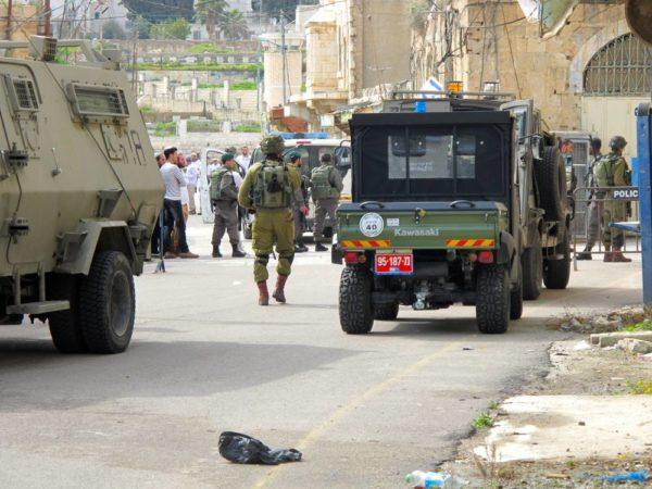 Sotilaita ja siirtokuntalaisia kerääntyvät ammutun tytön ympärille.