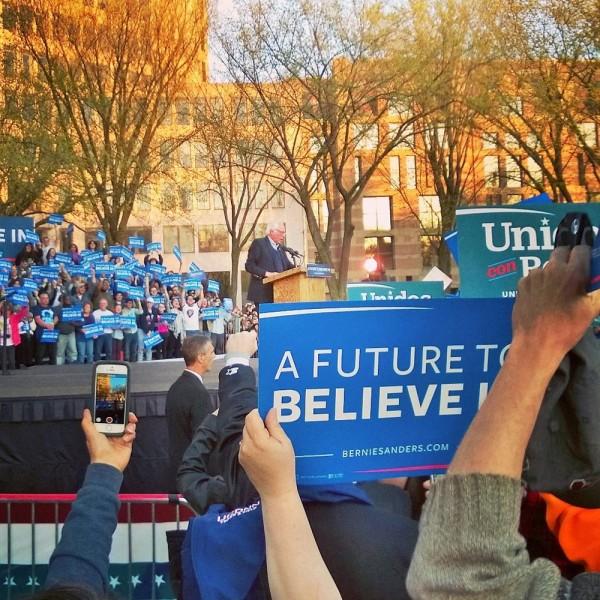 Bernie Sanders puhumassa kannattajilleen New Havenissa, Connecticutissa.