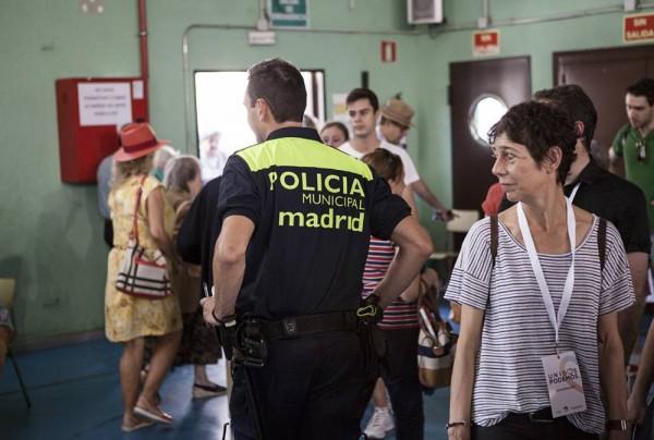 Poliisit olivat näkyvästi läsnä äänestyspisteillä, ilmeisesti turvaamassa vaalirauhaa.