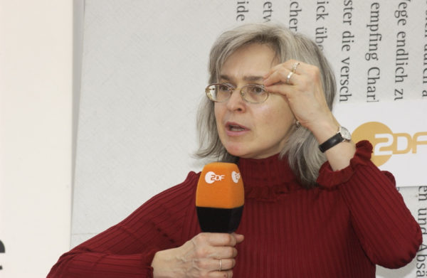 Anna_Politkovskaja_auf_dem_Blaue_Sofa_(6343055435)