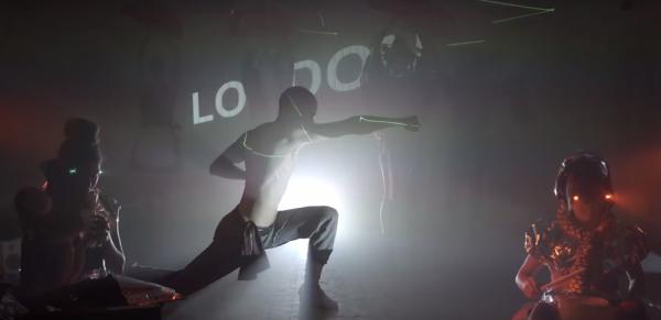 Juopottelun vastapainoksi vedetty kung-fu-kohtaus disco-laserein oli vähintäänkin yllättävä ratkaisu. Elokuvan kerronnassa riittää paljon yllättäviä asioita.