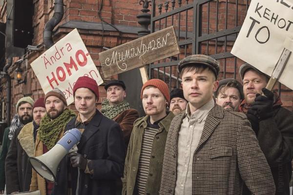 Juhlanäytelmä kuvaa Suomen ensimmäisistä mielenosoitusta seksuaalivähemmistön puolesta vuodelta 1972.