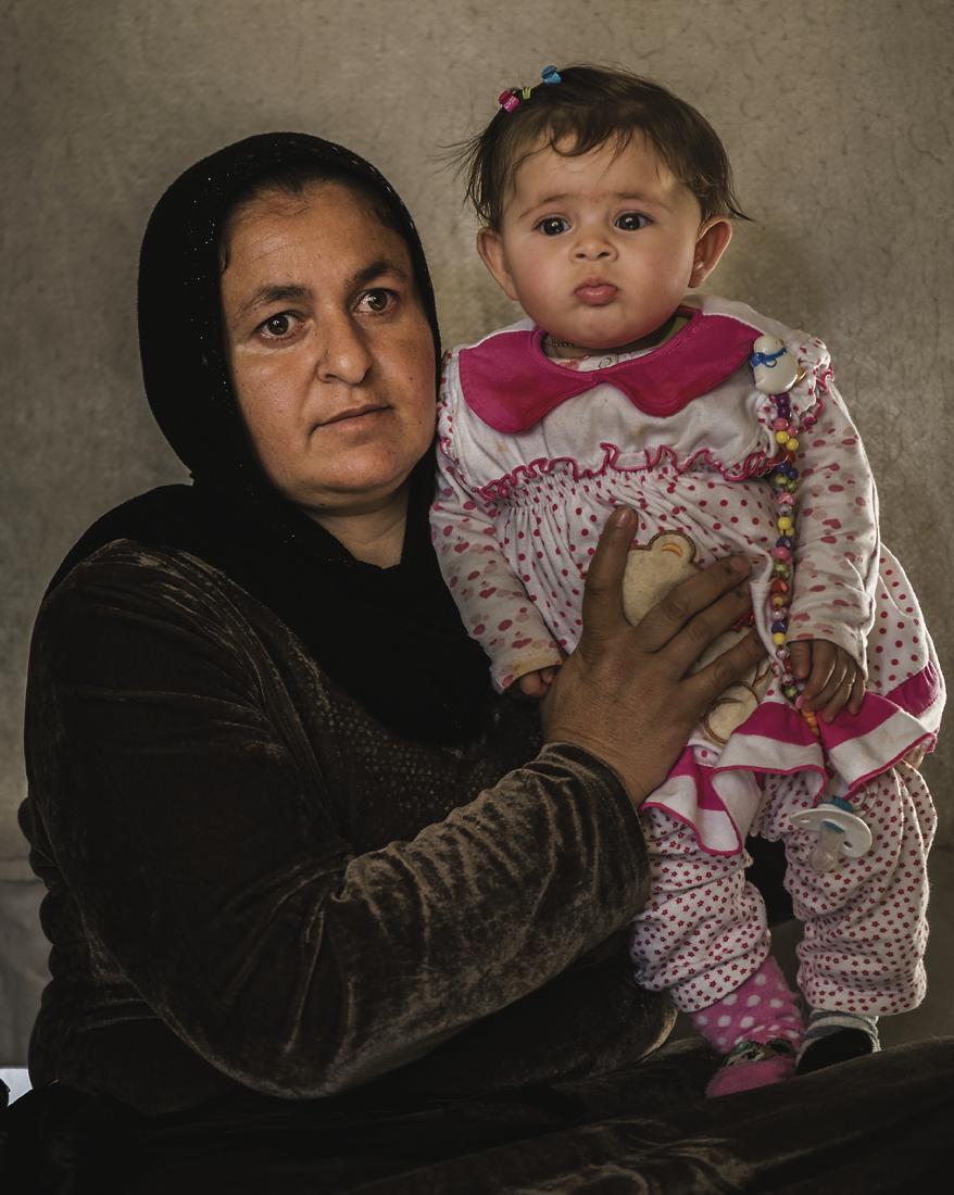 IS:n vankeudesta vapautuneet äiti ja lapsi. IS:n orjuuttama äiti synnytti lapsen maakuopassa.