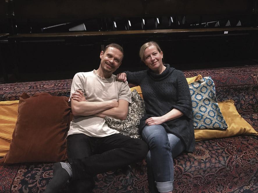 TOISEN KODIN LUKKARIT. Jussi Lehtonen ja Sanna Salmenkallio vaihteeksi katsomon puolella.