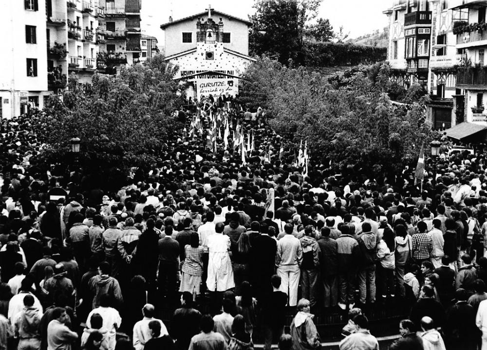 Poliisin kiduttamalle kuolleelle baskille, Gurutze Iantzille järjestetty muistotilaisuus vuonna 1993.