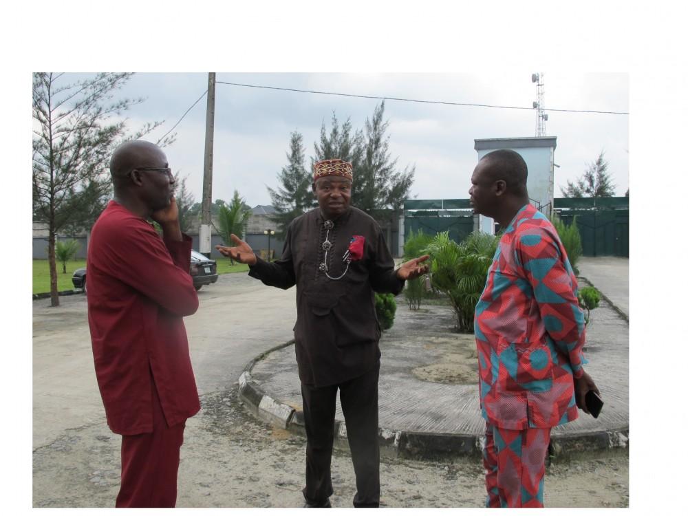 """Neuvonpitoa. """"Ensin menemme Bodoon, tapaamme päälliköt, ja sitten Goihin. Mites meni eilisilta? Oliko hänellä varpajaiset? Entä joko on Rogerillekin syntynyt uusi vauva?"""" Ken Saro-Wiwan ystävät Port Harcourtista Erabanabari Kobah ja päällikkö Sain Emma Pii sekä aktivisti Philip Jakpor Lagosista. @Iida Simes"""