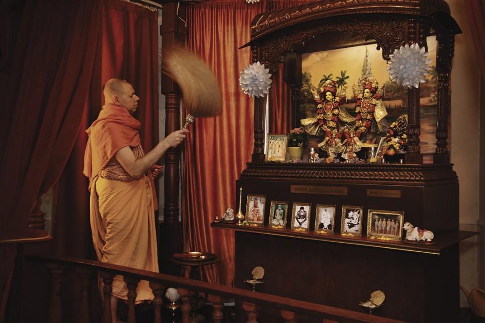 Krishna-pappi sovittaa rituaalia alttarilla.