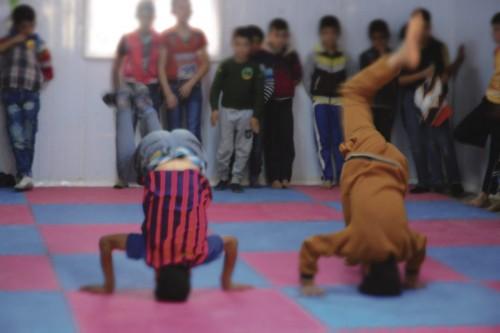 Poikien tunnilla harjoitellaan päällä seisontaa Luterilaisen maailmanliiton kontissa.