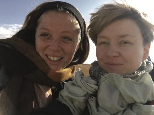 Lauren Hales ja Susanna Hast  aavikon kylmässä tuulessa.