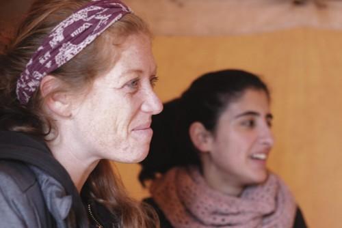Lauren Hales ja harjoittelija Samah Hourani  seuraavat poikien tunnin kulkua.