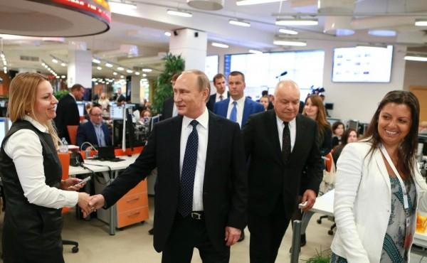 Putin kannustaa valtavaa, kansainvälistä viestintäjoukkuettaan RT:n toimituksessa.