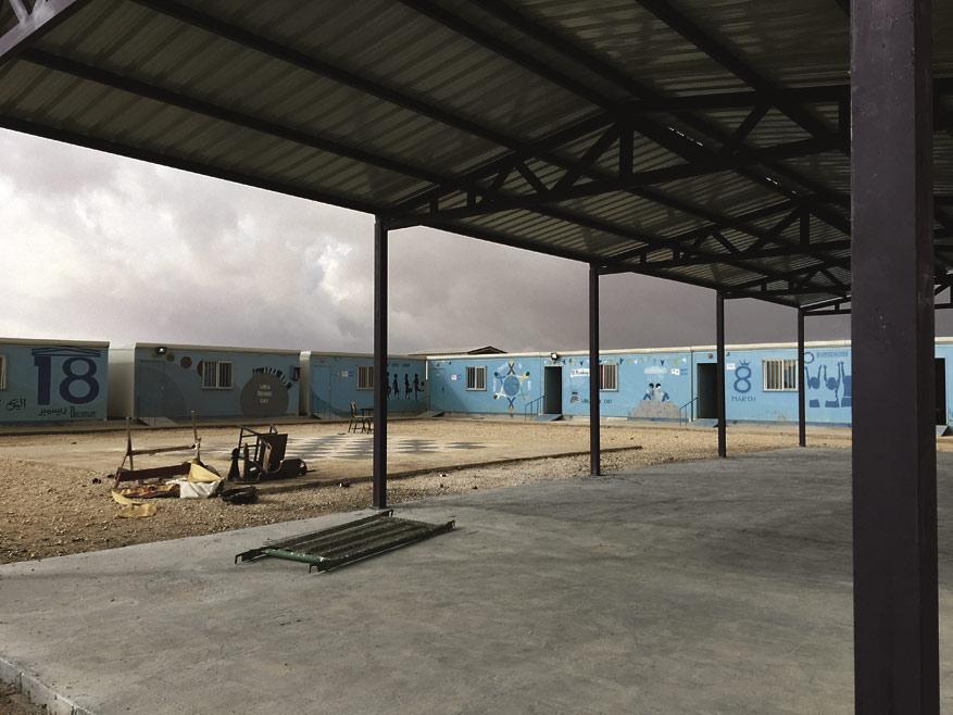 Järjestöillä on Zaatarin pakolaisleirillä omat alueensa,  kuvassa Relief Internationalin pihaa ja kontteja.