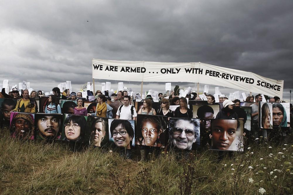 Heathrow-lentokentän laajennushanketta vastustavien Climate Camp 2007 -mielenosoittajien kilpiin on painettu ilmastonmuutoksesta kärsivien ihmisten kasvoja.
