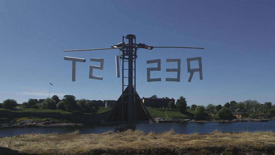 Think Like a Forest -kurssin opiskelijatyön Resist-teksti näkyi Vallisaaresta Suomenlinnaan. Kurssin loputtua joku kävi poistamassa kirjaimet. Kuva: John Jordan