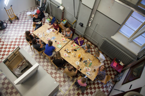 Galleria Huudon jäsenet osallistuivat gallerian remmontoimiseen ja nauttivat talkoopäivinä yhdessä lounasta.