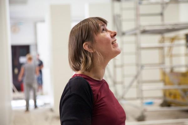 Galleria Huudon toiminnajohtaja Henni Oksman ihailee talkoovoimin valmistuvaa tilaa.