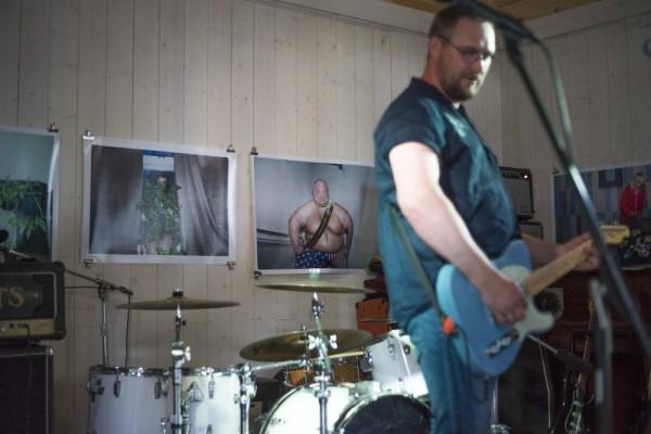Sahan seinille oli kesäksi ripustettu Tuisku Lehdon valokuvanäyttely Hey Nuts, Show Me Some Guts, jossa esitetään nuoria mielenterveyskuntoutujia heidän omilla ehdoillaan. Perjantai-illan livemusiikista vastasi kokkolalais-vaasalainen rockyhtye Halla. Kuva: Antti Kurko.