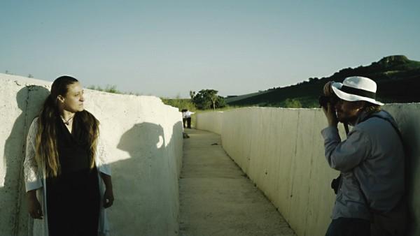 Collective Intelligence -ryhmän Egle Oddo on Antti Ahosen kuvattavana ympäristöteoksessa Il Grande Cretto. Alberto Burrin teos on valettu maanjäristyksessä tuhoutuneen Gibellinan alueelle. (Kuva Jytte Hill)