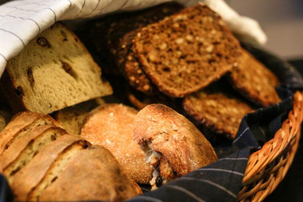 """Suomalaisissa kotitalouksissa eniten hukkaan heitetään leipää. Festareilla pääsee maistamaan leivästä tehtyä hävikkiolutta; """"Don'twaste,getwasted."""""""