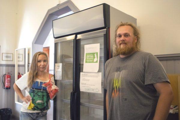 Suvi Silvala ja Jesse Ojala esittelivät Kotkassa huhtikuusta lähtien toiminutta hävikkiruokakaappia.