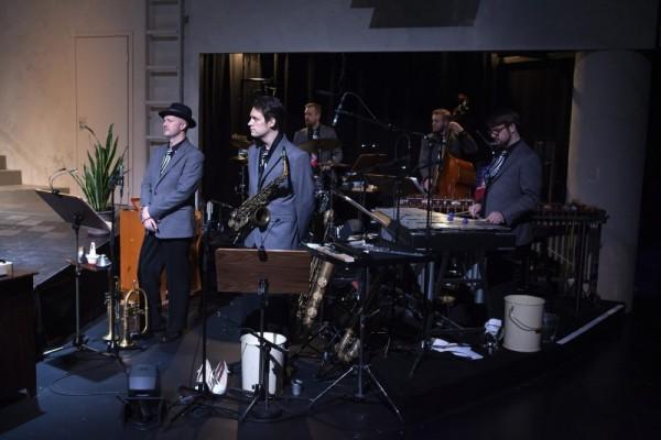 Bändi on lavan oikeassa reunassa koko esityksen ajan.