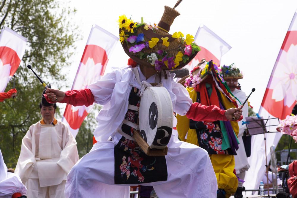 Muinaisen Japanin tunnelmia huokuva ACT.JT:n daidengaku-tanssiesitys hurmasi värikkäine asuineen.