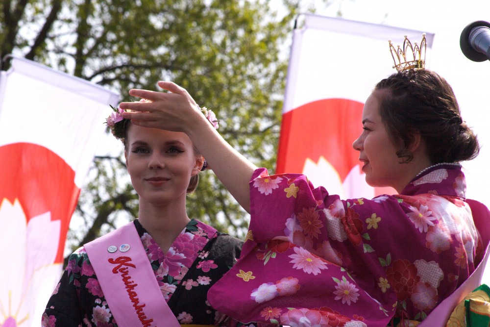Kirsikankukkakuningatar Venla Ailasmäki kruunasi perijättärensä kirsikankukkaprinsessan.