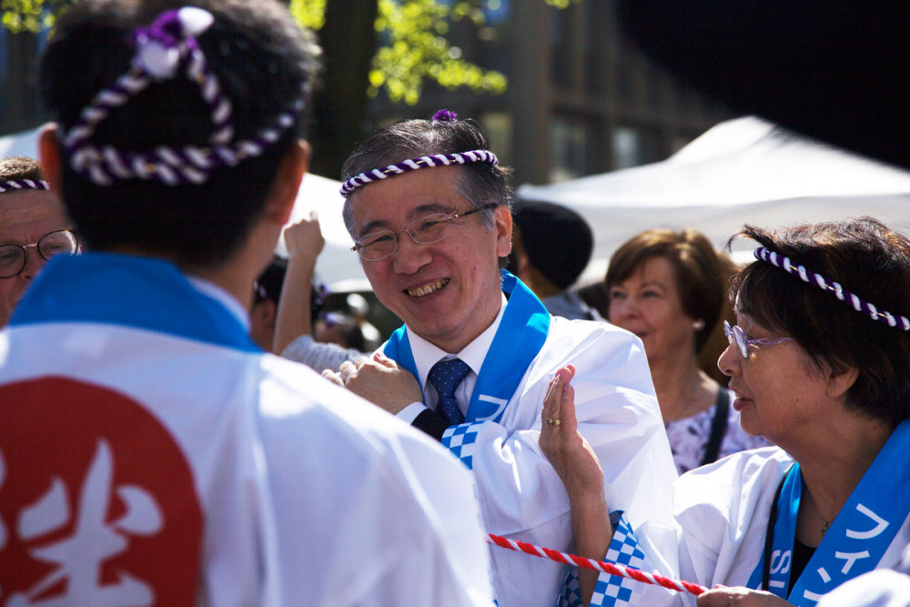Japanin suurlähettiläs Takashi Murata lainasi myös voimiaan pyhätön kannossa.