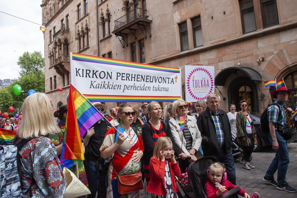 Kirkolla oli suuri kokoinen edustus marssimassa Helsingin läpi.