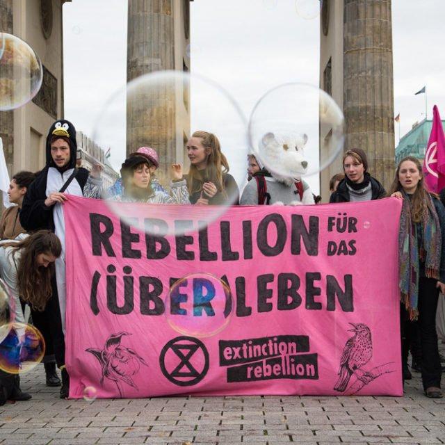 Ilmastoaktivistit ottivat näyttävästi haltuun Berliinin keskustan
