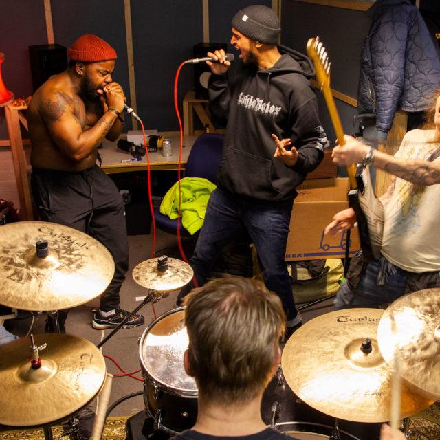 Nu metal ei jäänyt 2000-luvun taitteeseen. Nyt bändit kuten Lähiöbotox vaalivat jälleen räpin ja metallin liittoa