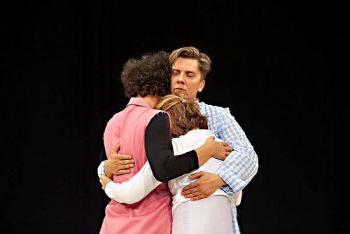 Q-teatterin Asennot -esitys onnistuu kiteyttämään mitä teatteri, taide ja esittäminen ylipäänsä ovat