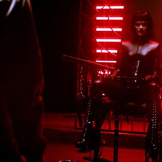 BDSM-teemoja käsittelevä Koirat eivät käytä housuja -elokuva kompastuu sovinnaisuuden kuoppaan