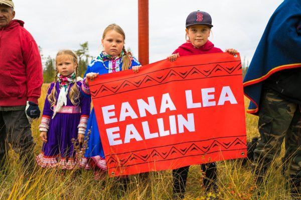 """""""Eana lea eallin"""" (""""Maa on elämä"""", pohjoissaamea), muistutettiin mielenosoituksessa, jonka aiheena oli pohjoisen luonnon suojelu Jäämeren radalta."""