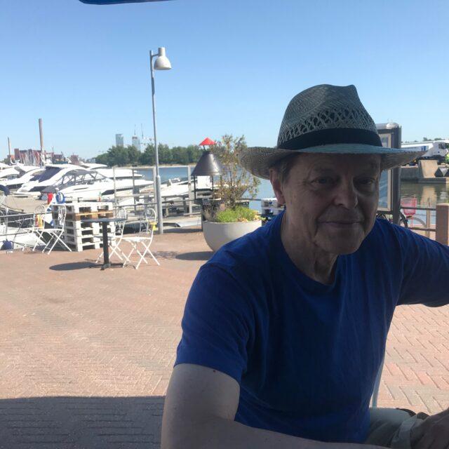 Elokuvaohjaaja Claes Olsson iloitsee Rikinkeltaisen taivaan kuvausten uudesta käynnistymisestä