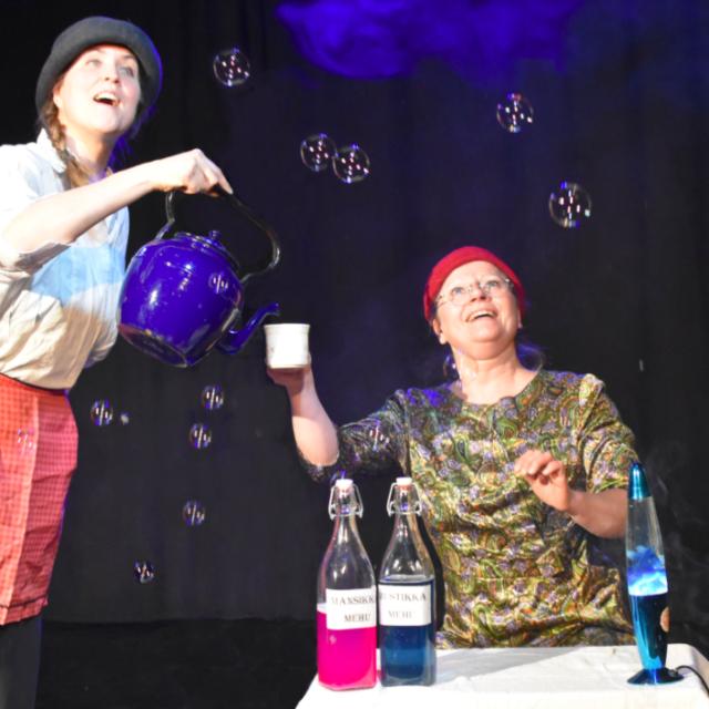 Sirkustaiteilija Sanna Warsell esittää Kummallinen kahvila -esityksessä asiakasta ja pyörittää omaa kulttuurikahvilaa lähiössä