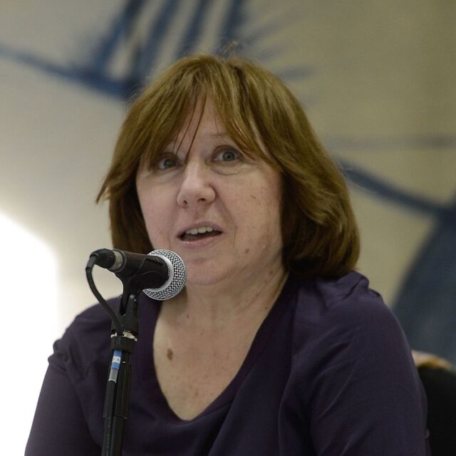 """Nobel-palkittu kirjailija Svetlana Aleksijevitš pyytää Valko-Venäjälle apua """"sivistyneeltä maailmalta"""""""