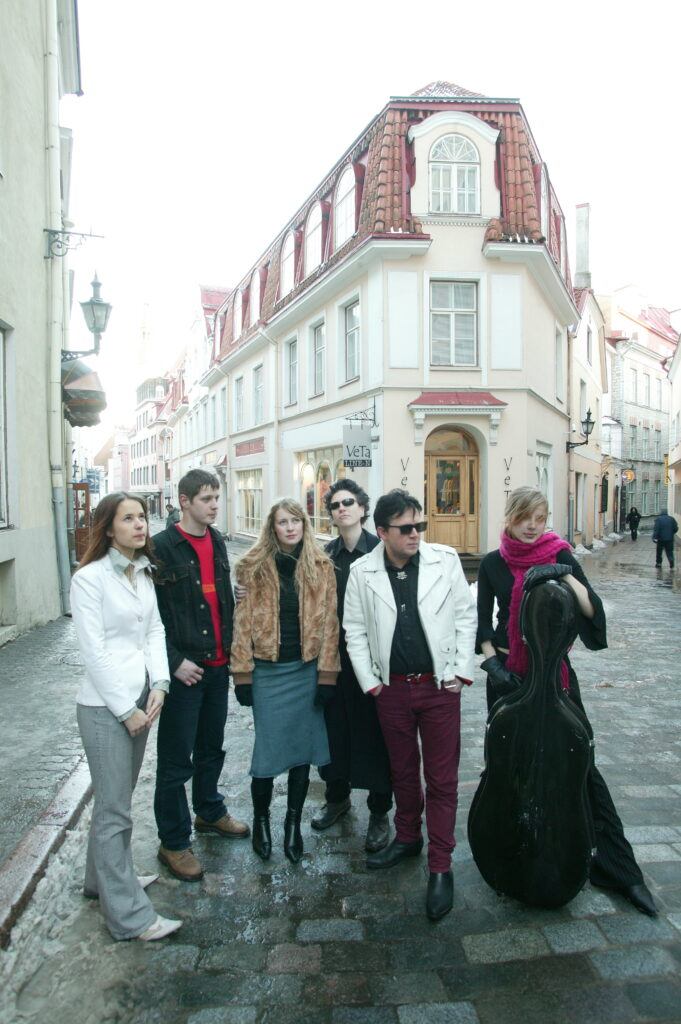 The Flowers of Romance -bändin kuusi jäsentä mukulakivikadulla Tallinnan vanhassa kaupungissa