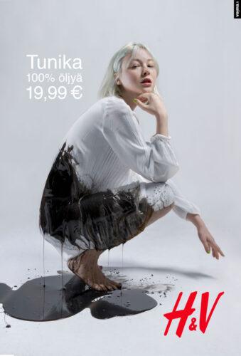 """Henkilö istuu kyykyssä, mekko vuotaa öljyä. Teksti """"Tunika 100% öljyä 19,99€"""". Alakulmassa punainen H&V-logo."""