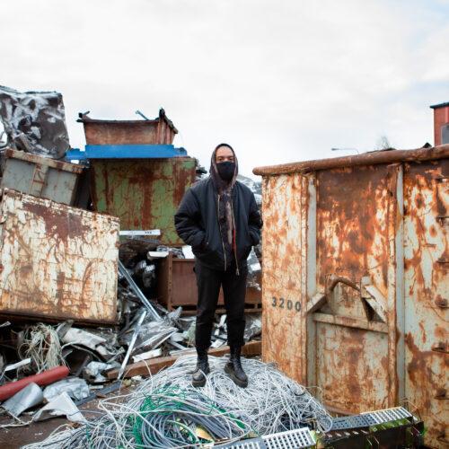 Noah Kin seisoo kaatopaikalla johtokasan päällä.