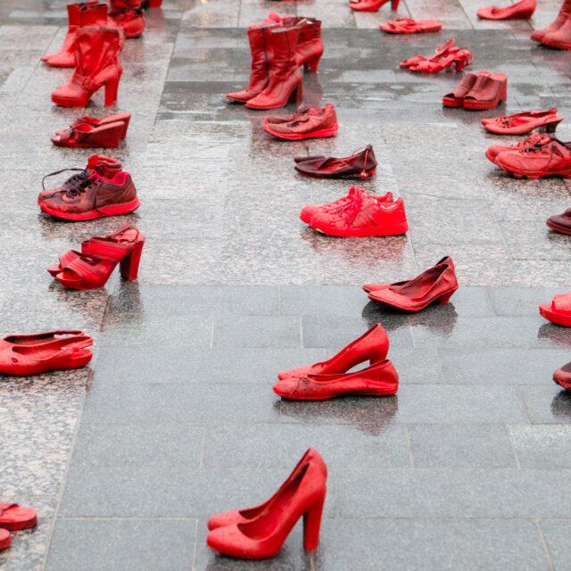 Naisen kengissä -installaatio muistuttaa sukupuolittuneesta väkivallasta