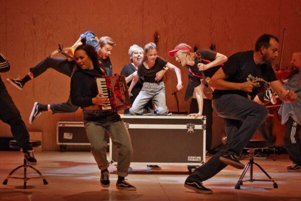 man dansar på Lilla Teatern.