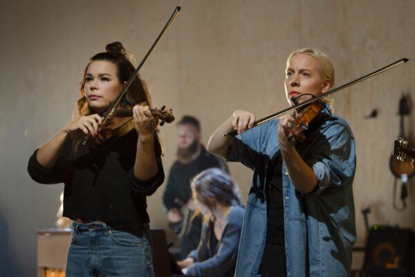 Flickor spelar fiol på Lilla Teatern.