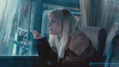 Birn istuu bussissa tupakka kädessään.