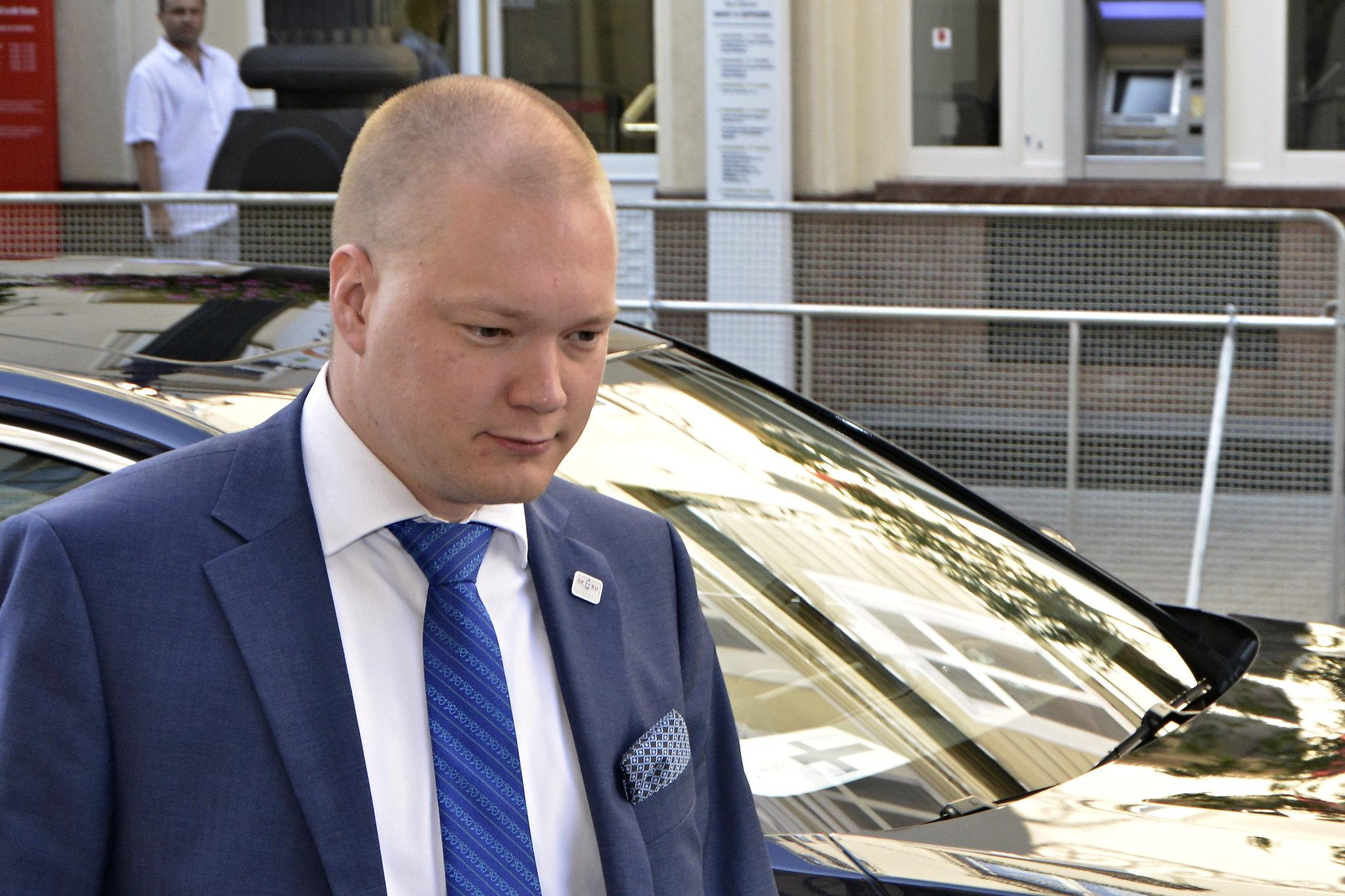 Samuli Virtanen takanaan musta auto