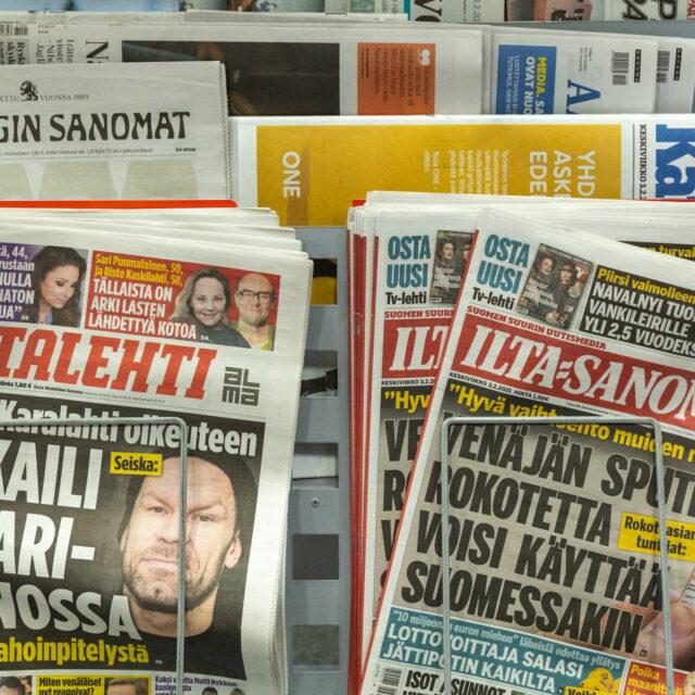 Ikä ja puoluetausta määrittävät suomalaisten luottamusta mediaan